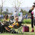 Les fils de Britney Spears et Kevin Federline, Sean et Jayden, s'amusent au football à Woodland Hills, le 7 avril 2013.