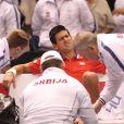 Novak Djokovic, soigné par son capitaine lors de son match de Coupe Davis face à Sam Querrey à Boise le 7 avril 2013