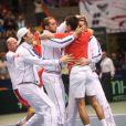Novak Djokovic célèbre la victoire avec son équipe après sa victoire en Coupe Davis à Boise le 7 avril 2013
