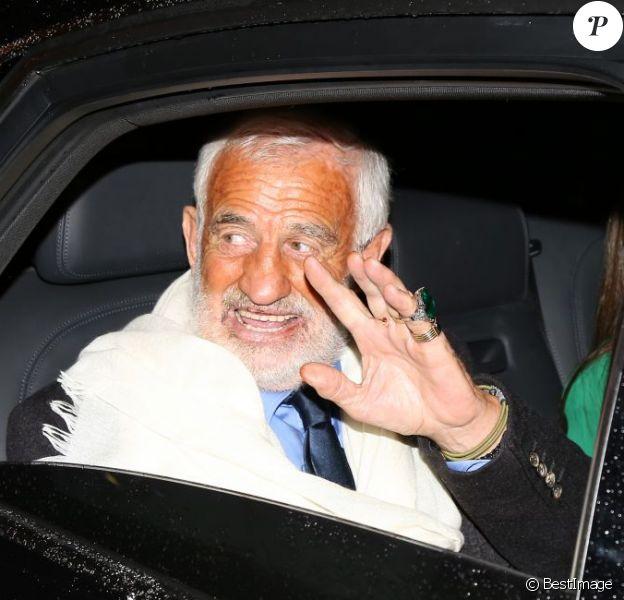 Jean-Paul Belmondo quitte le restaurant Veramente où il a fêté ses 80 ans, le 9 avril 2013.
