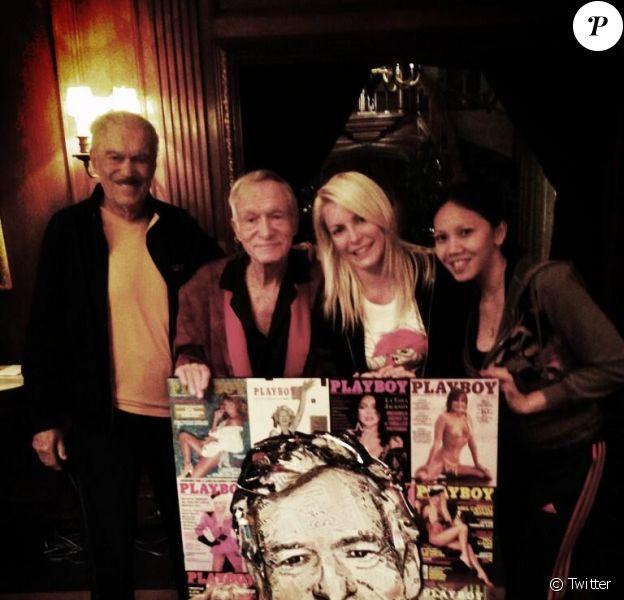 Hugh Hefner célébrait son 87e anniversaire à Los Angeles, le 9 avril 2013. Il est ici entouré de son frère Keith et Crystal Harris, son épouse.