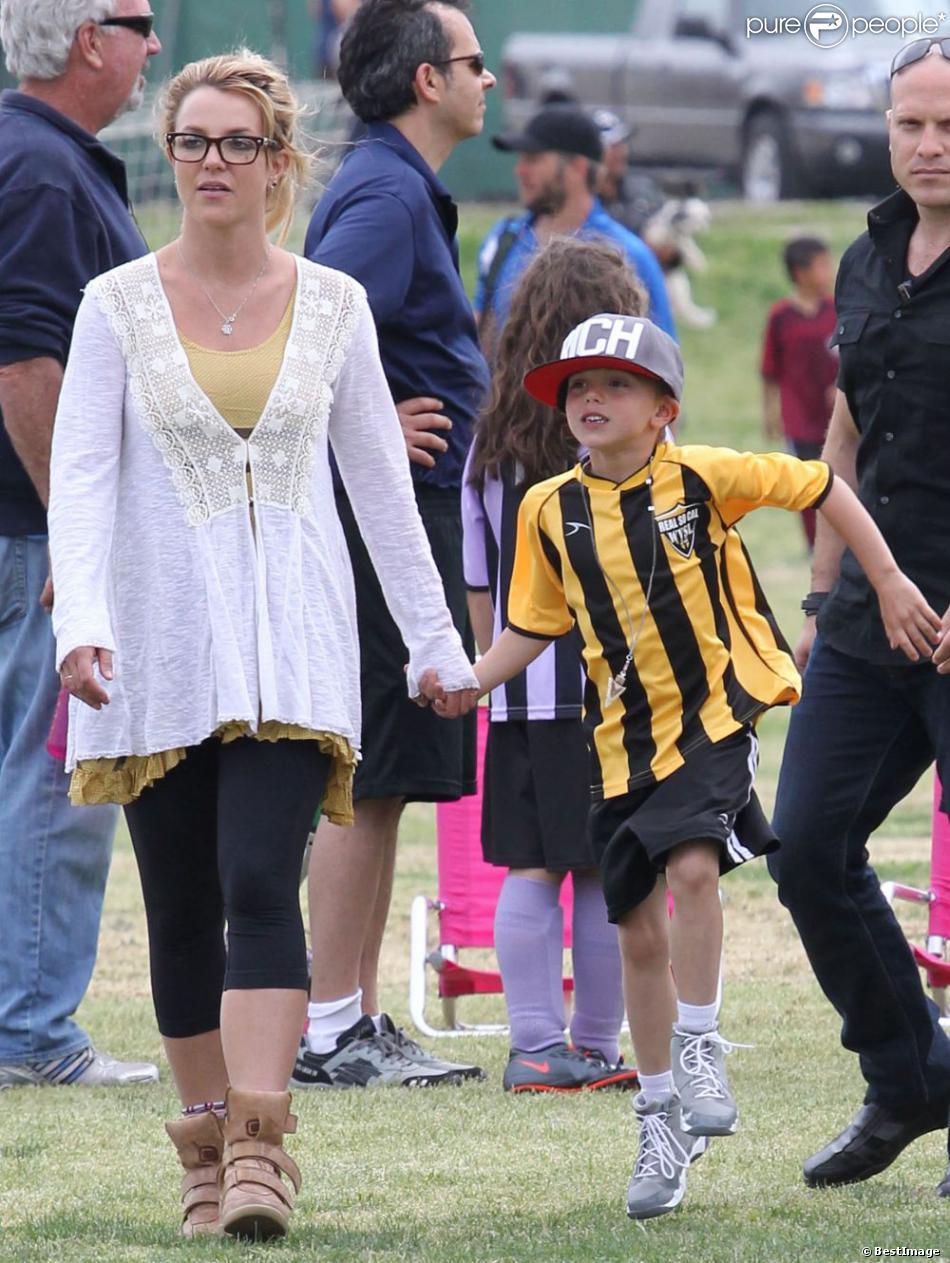 Britney Spears, fière maman, est allée voir ses fils Jayden et Sean Preston à leur match de football sur un terrain de Woodland Hills, le 14 avril 2013.