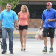 Britney Spears et son petit ami David Lucado font des courses à Beverly Hills chez Ralph's Grocery Store à Los Angeles, le 13 Avril 2013.