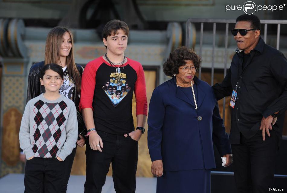 Les enfants de Michael Jackson, Prince, Paris et Blanket avec leur grand-mère Katherine Jackson, à Los Angeles, le 26 janvier 2012.