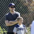 Le sexy Ryan Phillippe emmène son fils Deacon à un match de football à Brentwood, le 20 avril 2013.