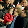 Jean Sarkozy avec son fils Solal (3 ans) et sa femme Jessica lors du match PSG-Nice au Parc des Princes à Paris le 21 avril 2013.