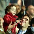 Jean Sarkozy avec son fils Solal et son épouse Jessica lors du match PSG-Nice au Parc des Princes à Paris le 21 avril 2013.