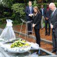 Angelina Jolie et William Hague se recueillant sur le mémorial du génocide de Kigali au Rwanda le 25 mars 2013