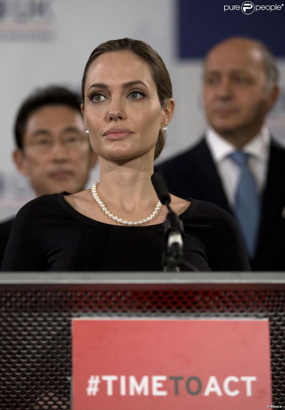Angelina Jolie lors d'une conférence sur les violences faites aux femmes en temps de guerre, dans le cadre du G8 le 11 avril 2013 à Londres