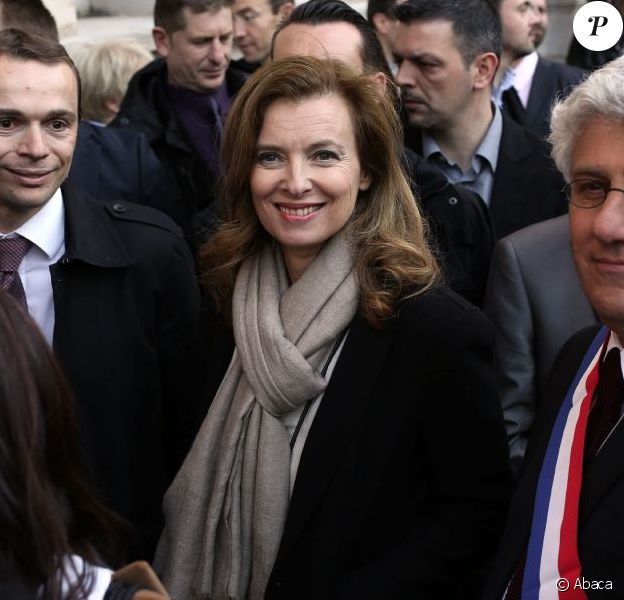 Valérie Trierweiler et les députés PS Olivier Dussopt et Philippe Martin fêtent l'adoption du projet de loi sur le mariage pour tousdevant la mairie du 4e arrondissement de Paris, le 23 avril 2013.