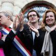 ValérieTrierweiler, Patrick Bloche, Anne Hidalgo et Nicolas Gougainfêtent l'adoption du projet de loi sur le mariage pour tousdevant la mairie du 4e arrondissement de Paris, le 23 avril 2013.