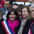 Anne Hidalgo et Valérie Trierweiler fêtent l'adoption du projet de loi sur le mariage pour tousdevant la mairie du 4e arrondissement de Paris, le 23 avril 2013.