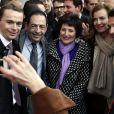 Olivier Dussopt, Dominique Bertinotti (ministre déléguée à la Famille), Valérie Trierweiler et Philippe Martinfêtent l'adoption du projet de loi sur le mariage pour tousdevant la mairie du 4e arrondissement de Paris, le 23 avril 2013.