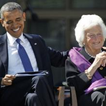 <p>Barack Obama et Barbara Bush à l'inauguration du George W. Bush Presidential Library à Dallas au Texas, le 25 avril 2013.</p> <p></p>