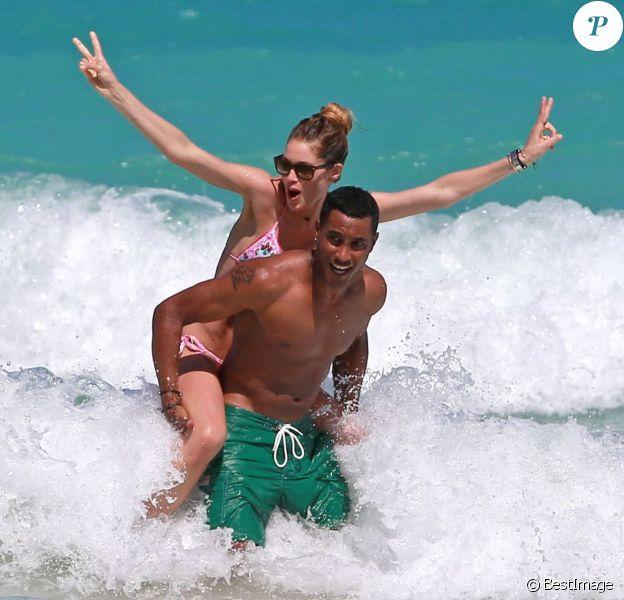 Doutzen Kroes et son mari Sunnery James jouent comme des enfants dans l'eau à Miami, le 28 avril 2013.