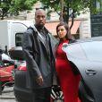 Kim Kardashian et Kanye West, privilégiés avec un chauffeur en Porsche à leur disposition, font du shopping dans le VIIIe arrondissement. Paris, le 30 avril 2013.