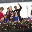 Le roi Willem-Alexander, la reine Maxima et leurs trois filles lors de la parade aquatique de l'intronisation du roi Willem-Alexander des Pays-Bas, le 30 avril 2013 à Amsterdam.
