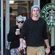Miley Cyrus et son petit ami Liam Hemsworth ont acheté des boissons au Starbucks à Los Angeles, le 22 décembre 2012.