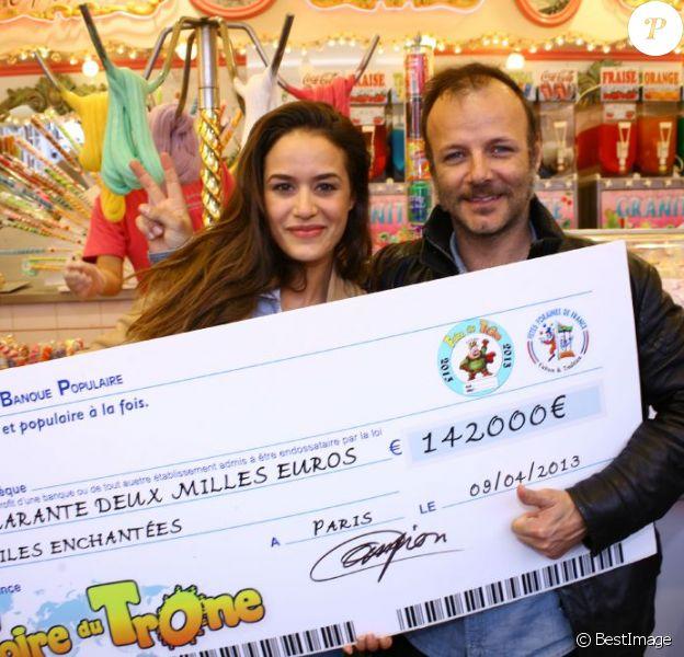 Alice David et Pierre-François Martin-Laval reçoivent 142 000 euros pour Les Toiles Enchantées à la Foire du Trône, Paris, le 5 mai 2013.