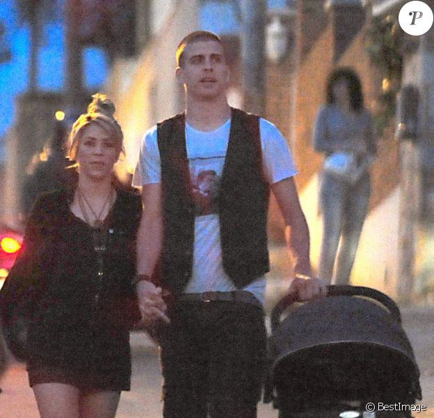 Shakira, son compagnon Gerard Piqué et leur petit Milan avaient les traits fermés en se rendant a l'anniversaire de Cesc Fabregas à Barcelone le 4 mai 2013