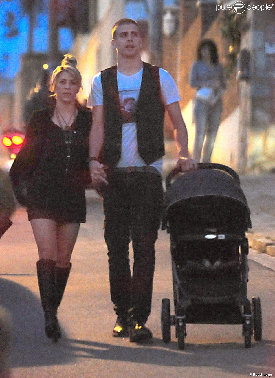 Shakira gerard piqu sortie amoureuse avec leur petit milan malgr la tristesse purepeople - Petit moucheron qui pique ...