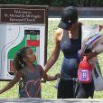 Halle Berry enceinte va chercher sa fille Nahla à la sortie de l'école à Los Angeles, le 10 mai 2013.