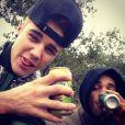 Justin Bieber s'offre une bière dans la jungle en Afrique du Sud, le 10 mai 2013.