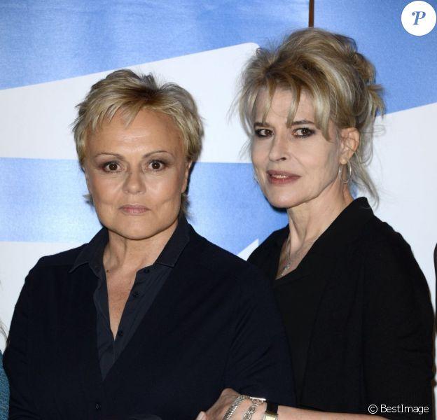 Muriel Robin et Fanny Ardant lors de la projection privée du 2 épisode de la saga Le clan des Lanzac dans les locaux de France Télévisions à Paris, le 13 mai 2013.