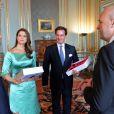 La princesse Madeleine de Suède et son fiancé Chris O'Neill recevant un cadeau du gouvernement au palais royal à Stockholm le 19 mai 2013 lors de la réception organisée à l'occasion de la publication de leurs bans, à trois semaines de leur mariage le 8 juin.
