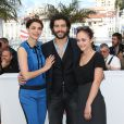 """Bérénice Bejo, en Louis Vuitton, Tahar Rahim et Pauline Burlet lors du photocall du film """"Le Passé"""" au 66e Festival International du Film de Cannes le 17 mai 2013"""