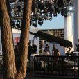 """L'émission de Canal+, """"Le Grand Journal"""", a été subitement interrompue par des détonations derrière le plateau, qui a été evacué immédiatement. L'auteur a été arrêté peu de temps après les coups de feu avec un pistolet de sécurité en possession d'une grenade factice dans sa main, le 17 mai 2013 lors du Festival de Cannes"""