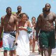 LeBron James et Dwyane Wade entourés de leurs familles et amis entre piscine et mer sous le soleil de Miami, le 18 mai 2013
