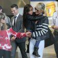 Laeticia Hallyday et sa fille, à la descente de leur avion, à Paris, le 21 mai 2013.