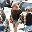 Exclusif - Laeticia Hallyday fait du shopping dans son quartier de Pacific Palisades à Los Angeles, le 19 mai 2013.
