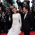 """Jeremy Renner et Marion Cotillard lors de la montée des marches du film """"The Immigrant"""", lors du 66e festival du film de Cannes, le 2 mai 2013"""