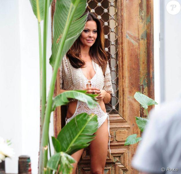 Brooke Burke très sexy en maillot en pleine séance photo pour le magazine Genlux, dont elle fait la couverture, au restaurant SUR à Beverly Hills, à Los Angeles, le 3 mai 2013
