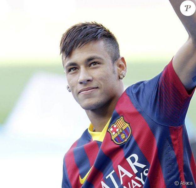 Neymar présenté en tant que nouveau joueur du FC Barcelone au Camp Nou à Barcelone, le 3 juin 2013.