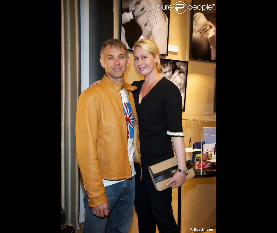 Paul et Luana Belmondo posent amoureux pendant l'exposition Ecris-moi des mots d'Amour, par Alejandra di Andia, photos de Ian Abela, à la boutique Montblanc, le 4 juin 2013.