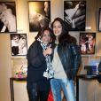 Olivia Provost et Delphine de Turckheim à l'exposition Ecris-moi des mots d'Amour, par Alejandra di Andia, photos de Ian Abela, à la boutique Montblanc, le 4 juin 2013.