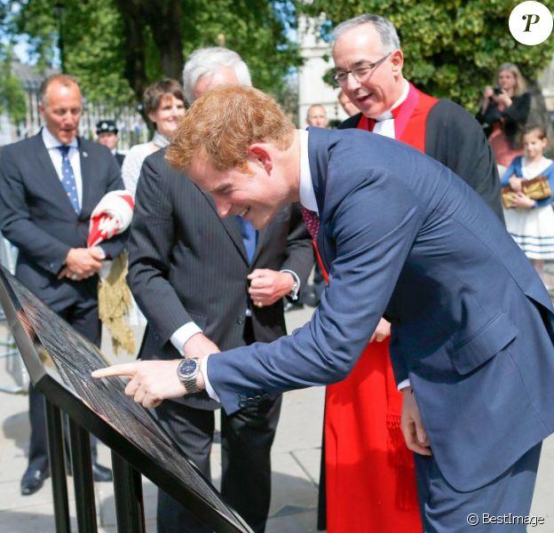 Le prince Harry a dévoilé le 4 juin 2013 devant l'abbaye de Westminster, en marge de la cérémonie pour les 60 ans du couronnement d'Elizabeth II, un panneau commémorant le mariage de son frère le prince William et de Kate Middleton le 29 avril 2011.