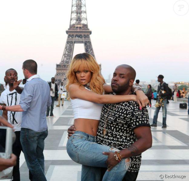 Rihanna pose devant la Tour Eiffel avec ses amis avant son concert au Stade de France, le 7 juin 2013.