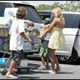 Pamela Anderson et ses fils font des courses