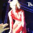 Ciara interprète la chanson Promise lors du L.A. LGBT Pride Festival au West Hollywood Park et se voit remettre les documents de la plainte dont elle est l'objet. Los Angeles, le 8 juin 2013.