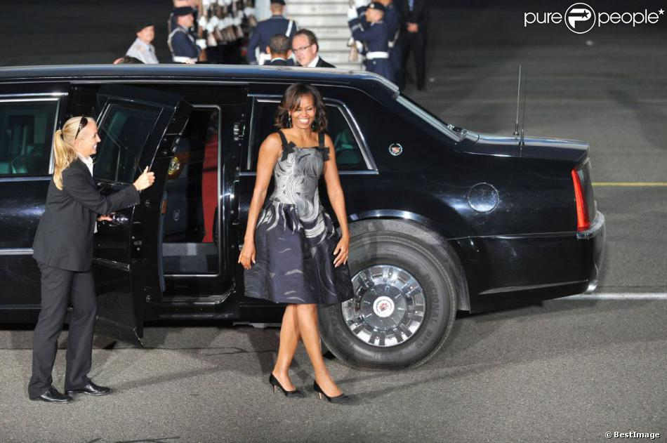 Michelle Obama arrive à l'aéroport afin de reprendre l'avion. A Berlin, le 19 juin 2013. Elle portait une robe Carolina Herrera.