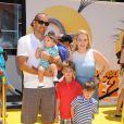 Melissa Joan Hart et son mari Mark Wilkerson avec ses enfants Braydon Wilkerson, Mason Wilkerson et Tucker Wilkerson lors de la première de Moi, moche et méchant 2 à Los Angeles, le 22 juin 2013.