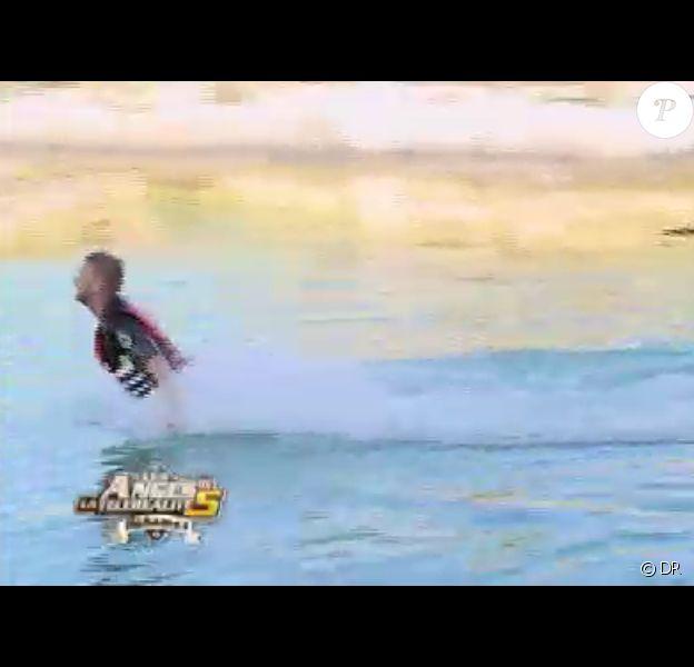 Ben soulevé par les dauphins dans Les Anges de la télé-réalité 5 sur NRJ 12 le mardi 25 juin 2013