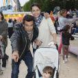 Adeline Blondieau avec son compagnon Laurent Hubert et sa fille Wilona lors de l'inauguration de la fête foraine des Tuileries à Paris le 28 juin 2013