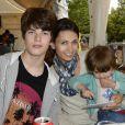 Adeline Blondieau avec son fils Aitor et sa fille Wilona lors de l'inauguration de la fête foraine des Tuileries à Paris le 28 juin 2013