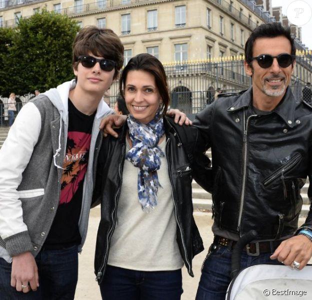 Adeline Blondieau avec son compagnon Laurent Hubert et son fils Aitor lors de l'inauguration de la fête foraine des Tuileries à Paris le 28 juin 2013