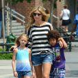 Heidi Klum, son petit ami Martin Kirsten et ses enfants Leni, Henry, Johan et Lou se promènent à New York, le 30 juin 2013.